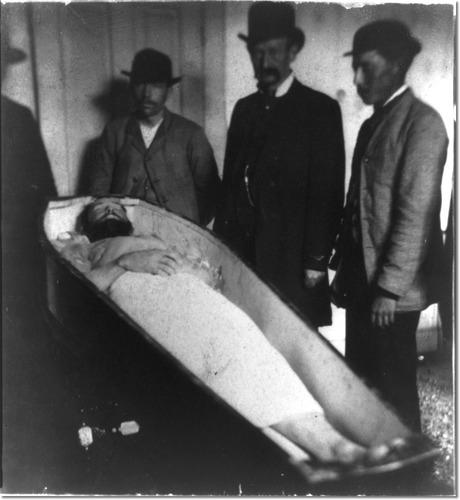 t-o-m-b-o-l-o.eu/wp-content/uploads/2011/08/jesse-james-dead-in-coffin-.jpg