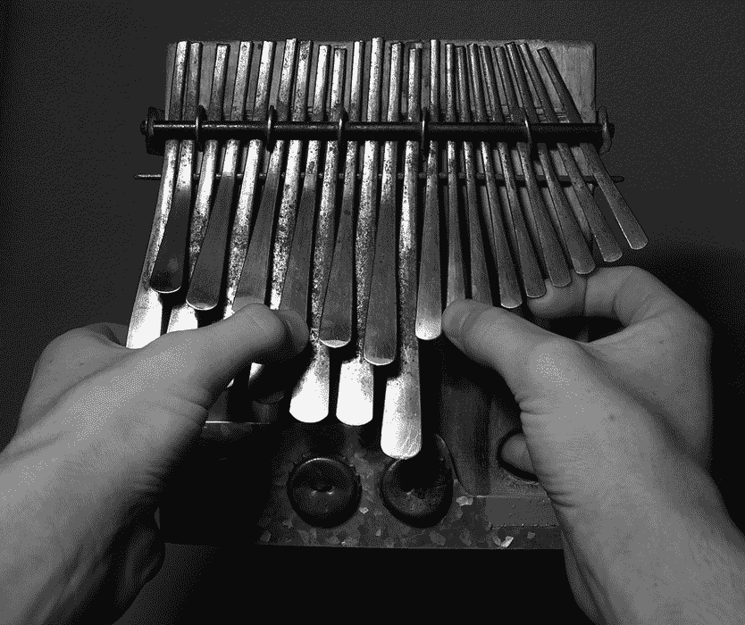 Mbira Dzavadzimu ( aussi connu sous le nom de sanza ou piano à pouces ) est un instrument de percussion idiophone d'origine africaine qui se joue aux pouces.