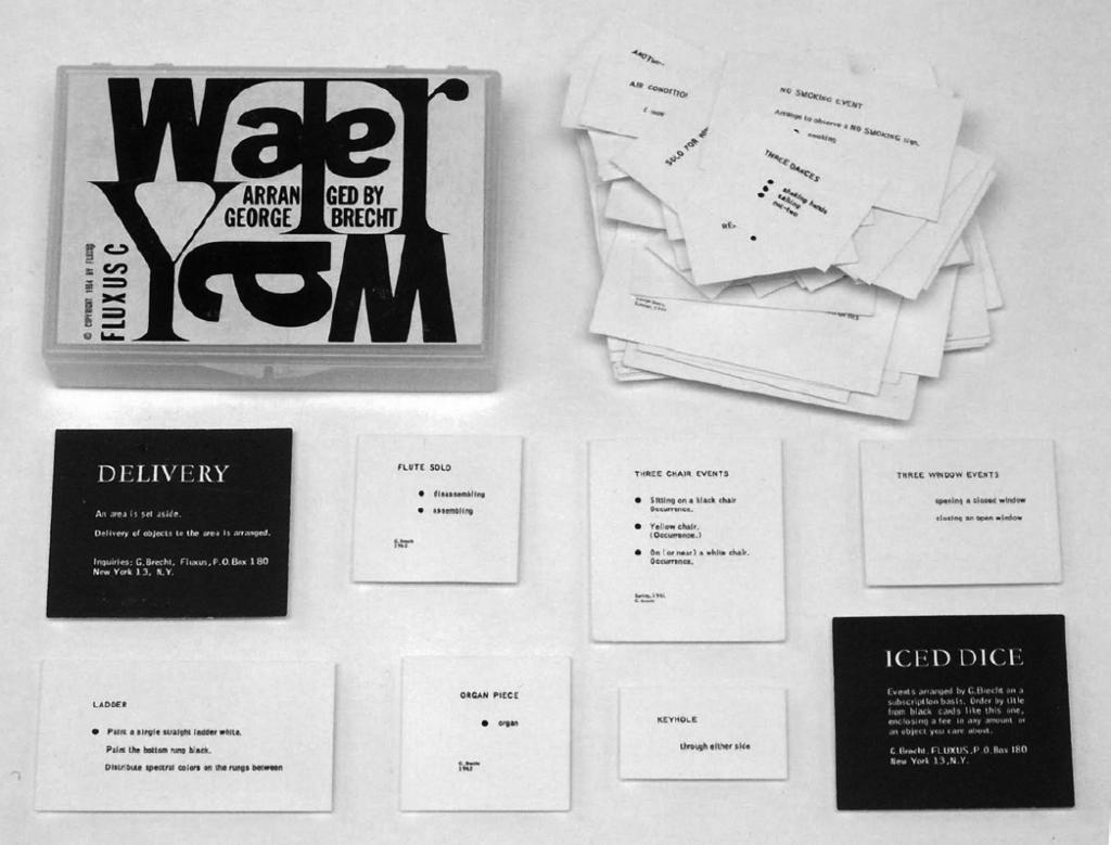 George Bretch édite les partitions de Water Yam sous forme d'une série de cartes typographiées réunies dans une petite boîte.