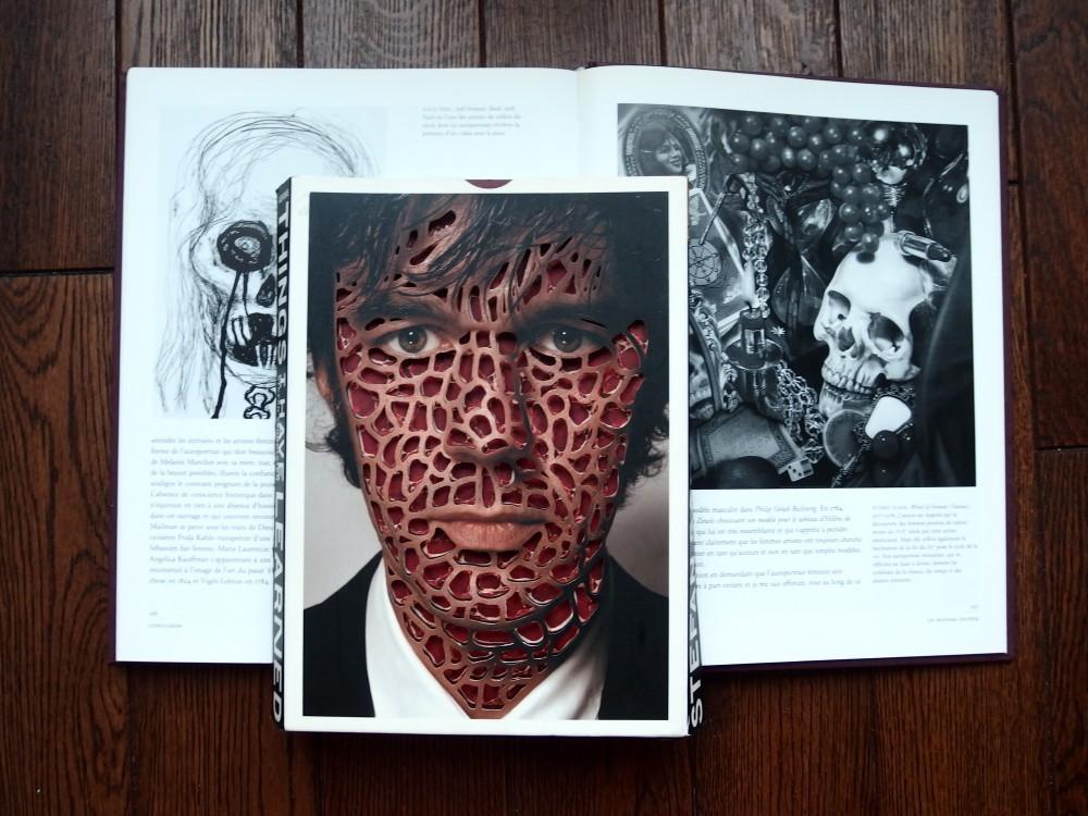 Autoportrait de Stefan Sagmeister, vanités d'Alice Neel et Audrey Flack.