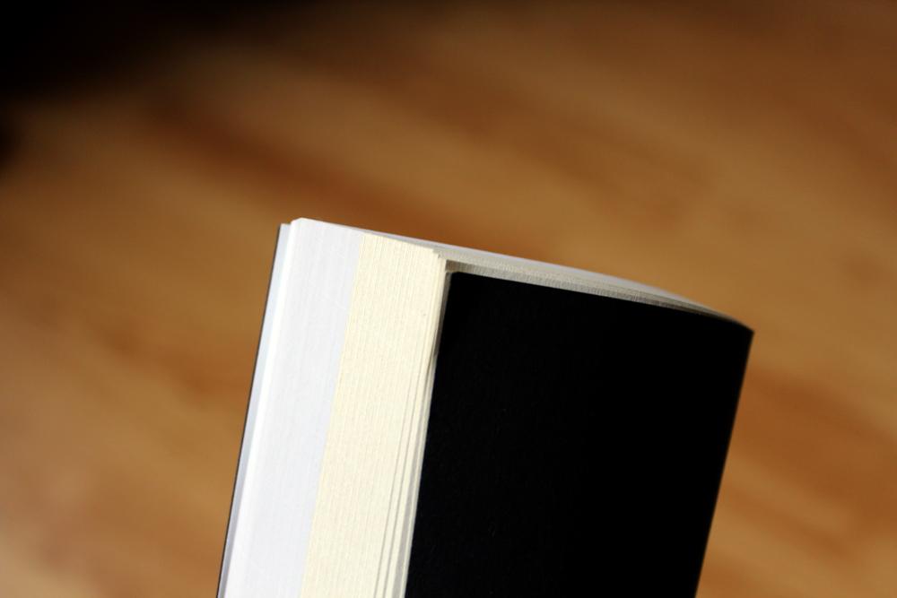 Deux papiers : —coated— pour les photos et —uncoated— pour la partie texte