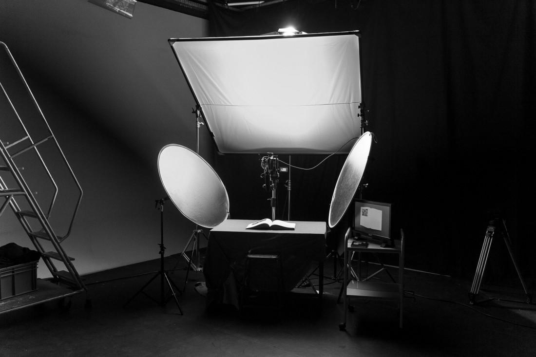 Dispositif logistique de captation et de table de montage dans le studio vidéo de l'école