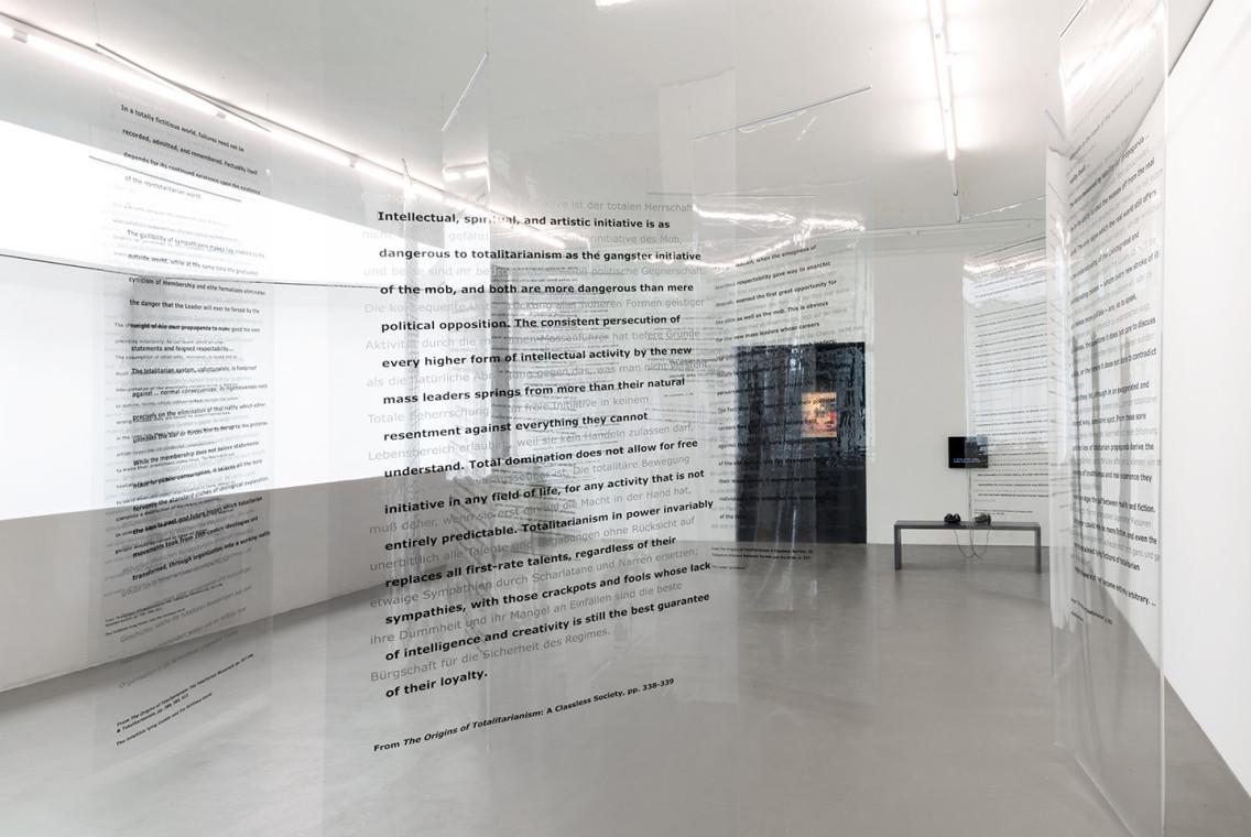 Installation mit 16 transparenten Plastikvorhängen, bedruckt mit Text http://moussemagazine.it/martha-rosler-hito-steyerl-war-games-kunstmuseum-basel-basel-2018/