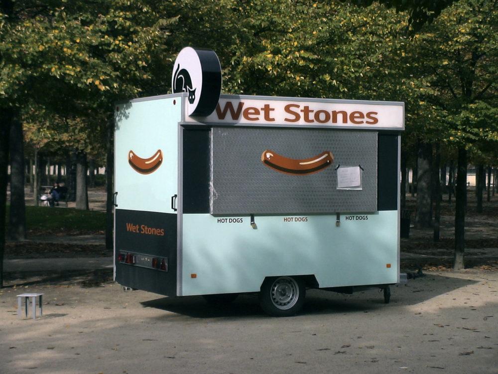 Alain Bublex, Kiosque Wet Stones, 2006. Techniques mixtes sur châssis roulant, caravane, peinture acrylique, enseigne lumineuse, 277 x 394 x 178 cm