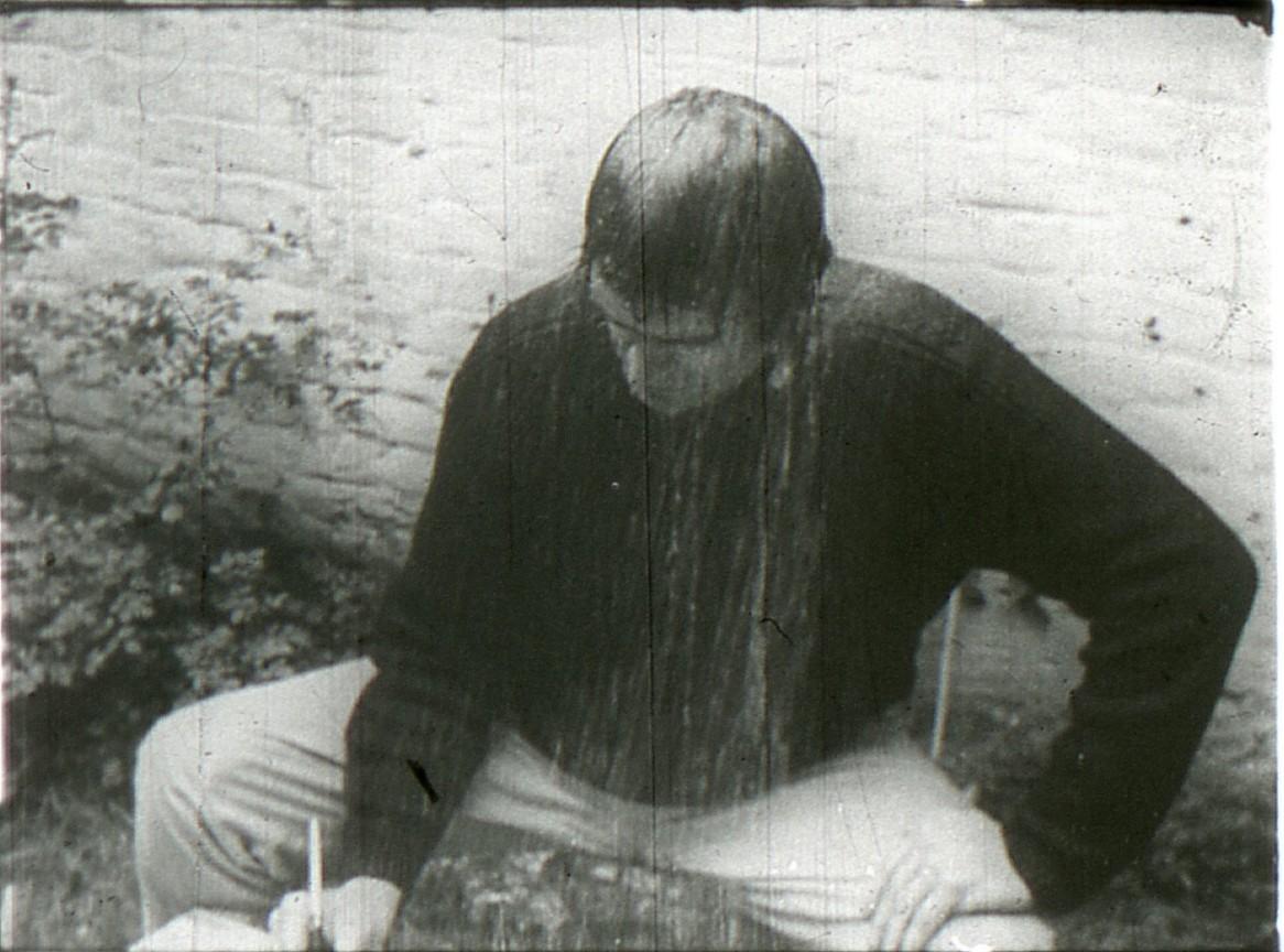 Marcel Broodthaers, La Pluie (projet pour un texte). Performance réalisée et filmée en 1969 dans son jardin bruxellois rue de la Pépinière.